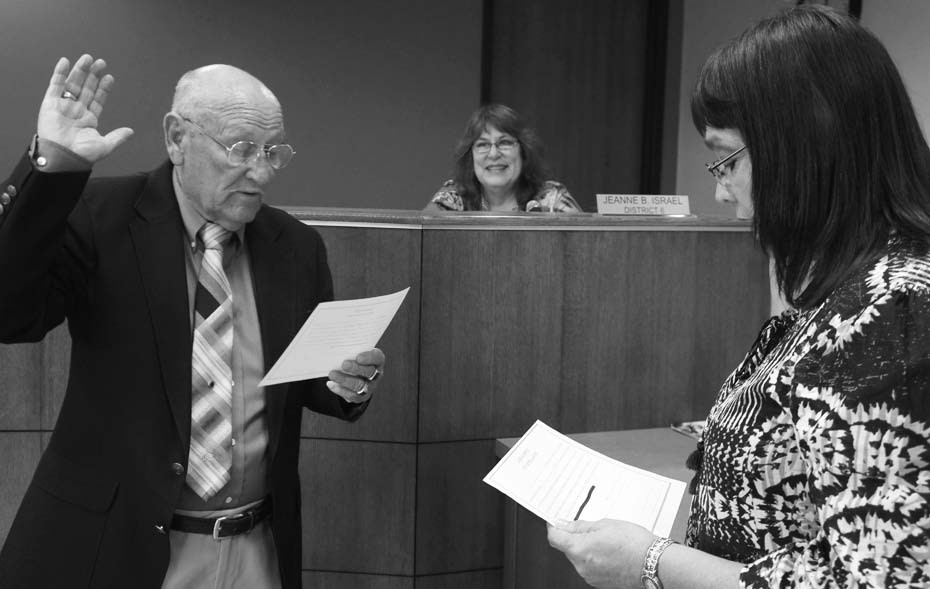 Pleasanton Municipal Court Judge Elsie Guerra administers the oath of office to newly re-elected Councilman Abraham Saenz (Dist. 2) on May 25.