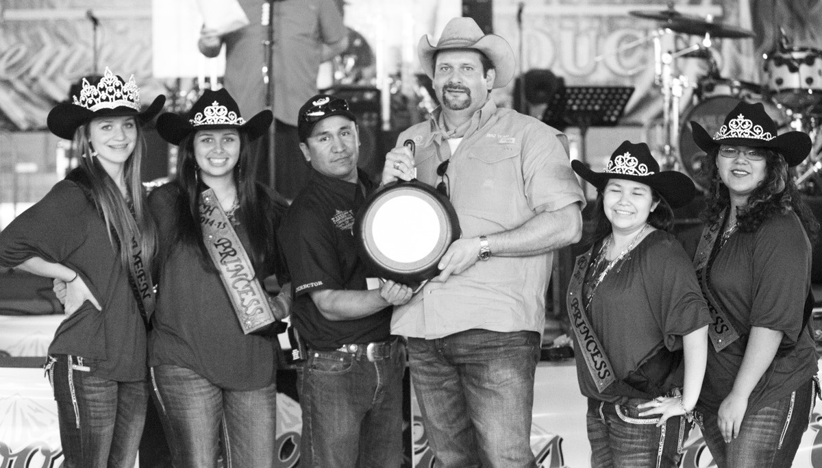 1ST PLACE CHICKEN First Place winner in the Chicken division at Turn-n-Burn was Hampton Pratka (third from right)and his Bottlecap Cookers. Assisting in the presentation are Cowboy Homecoming Queen Jordyn Olle and Princesses Taylor Maddox, Julie Lopez and Ynez Vera and Chamber Director George Quiroga.
