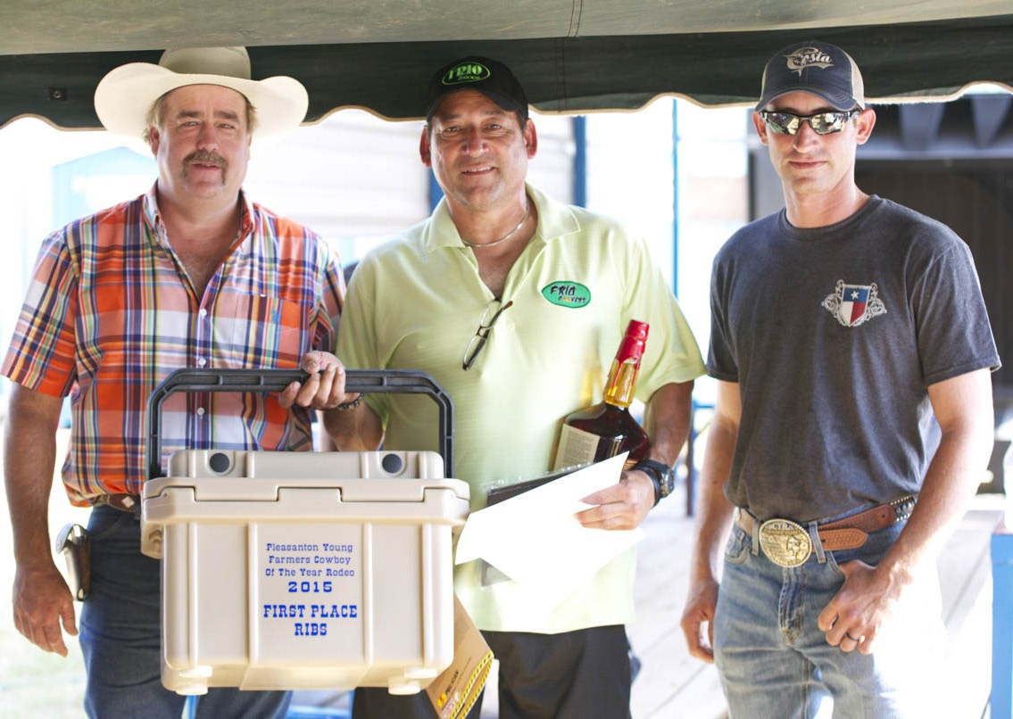 PYF 1ST PLACE RIBS Winning10 A Pinchfirstof Migraplace in theRichardbrisketVargas category was Frio Cookers' Anthony DeLaO (center). him OVERALLPYF Chair Randy Rice and PYF President Dustin Neal present with his plaque, cooler and Maker's Mark whisky. 1 PYF 2ND PLACE RIBS