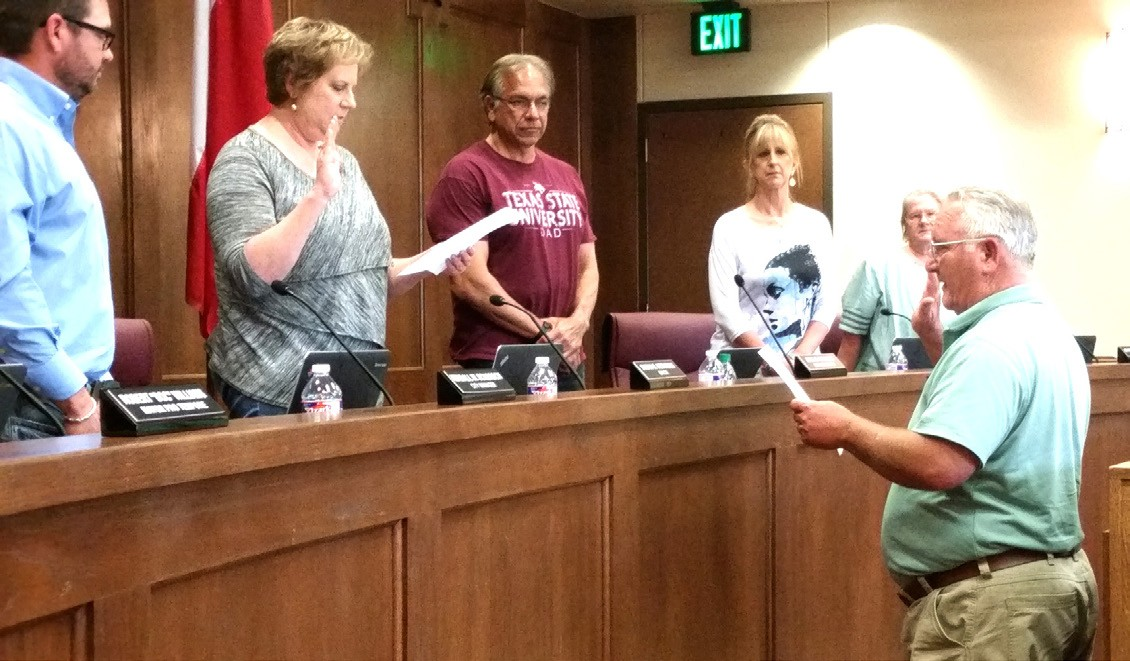 Jourdanton Mayor Susan Netardus administers the oath of office to newly appointed councilman Lewis Lem at the May 16 meeting. City Manager Kendall Schorsch and councilmembers Roy Morales, Karen Pesek and Johnnie Goetzel look on.